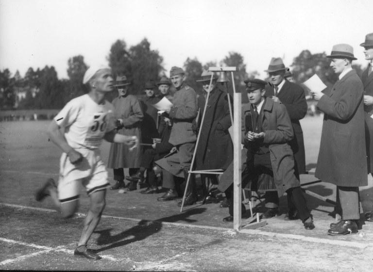 DUO_K1456_1166_Suomen Urheilulehden maratonin voittaja Tatu Kolehmainen 1921.jpg