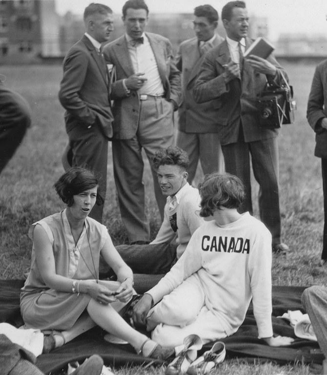 DUO_K1456_1211_K1456248_Olympialaiset Amsterdam 1928- Urheilijoita ja lehtimiehia. Korkeushyppaaja Ethel  Catherwood.jpg