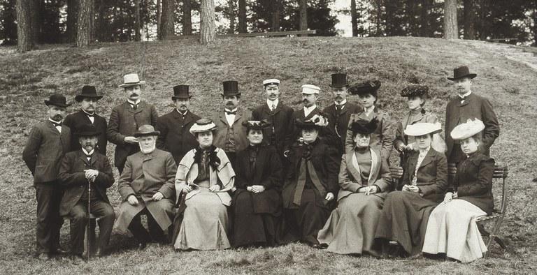 hero-karuselli-valokuvat-DUO_K1106_1_Seminaarin opettajat v. 1905.jpg